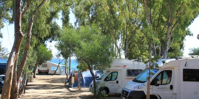 Stellplätze für Wohnwagen, Camper, großes Zelt